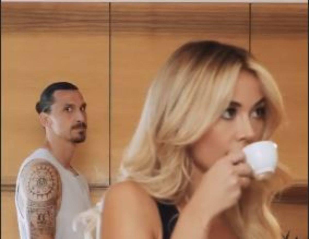 Diletta Leotta beve un caffè e dietro passa Ibrahimovic: