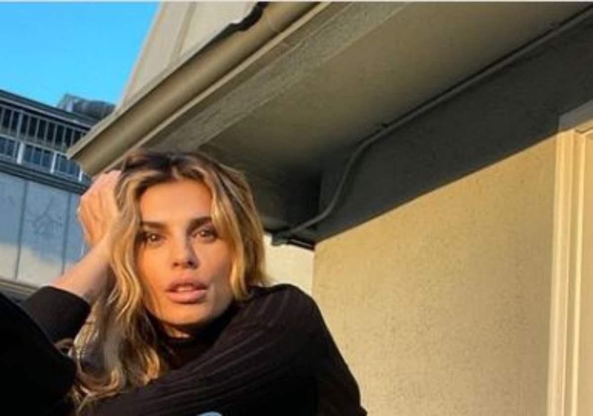 Elisabetta Canalis è sensuale, posizione provocante - FOTO