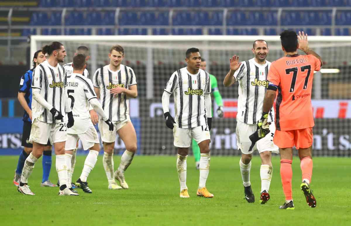 Buffon congratulato dai compagni per le 1.100 presenze
