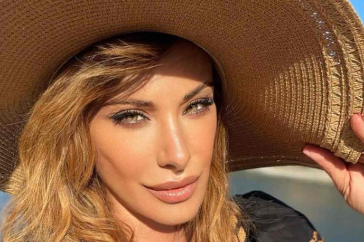 Sabrina Salerno divina, scollatura e sguardo mozzafiato