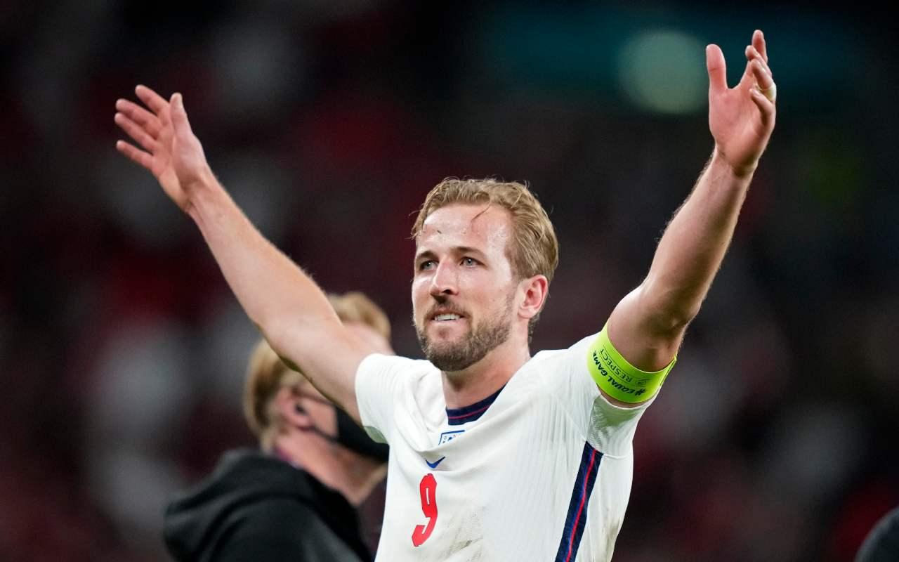Inghilterra-Danimarca aperto procedimento tifosi inglesi laser Schmeichel fischi inno fuochi artificio