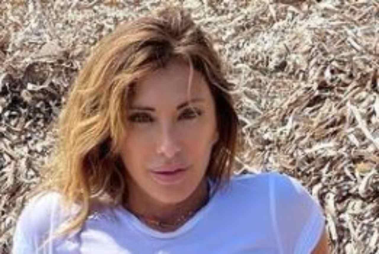 Sabrina Salerno da urlo, la maglietta bagnata mostra tutto! -FOTO